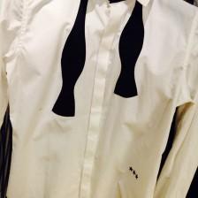 蝶ネクタイが外してあるシャツ
