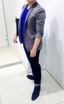 青の挿し色とグレーのジャケット