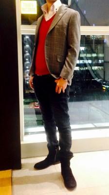 赤の挿し色とグレーのジャケット